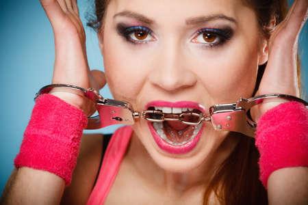 delincuencia: Adolescente delito, la detención y la cárcel - adolescente Penal chica mujer prisionero esposado fondo azul