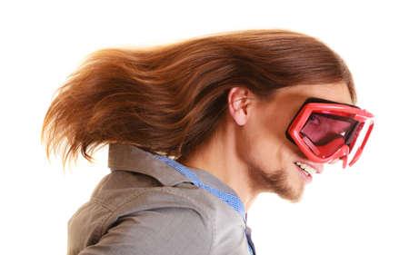 mann mit langen haaren: Wintersport und Gl�ck Konzept. funny man lange Haare in Skibrille Snowboardbrille Studio gedreht isoliert auf wei� Lizenzfreie Bilder