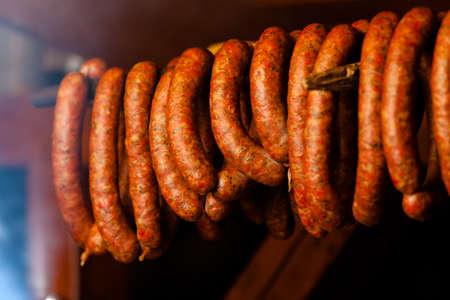 saucisse: Cuisine traditionnelle. Saucisses de viande fum�e suspendu dans un fumoir int�rieur. Banque d'images