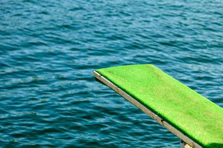 springboard: Las vacaciones de verano y el deporte peligroso. Vista de trampol�n. Trampol�n para bucear en el agua.