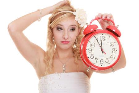 ind�cis: notion de mariage. Temps de se marier. Mari�e ind�cis malheureuse de rouge r�veil. Belle femme blonde d'attente pour le mari� ou la prise de d�cision isol� sur blanc