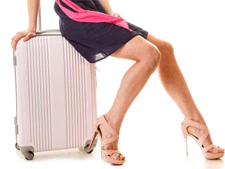 mujer con maleta: Viaja el concepto de vacaciones. mujer de moda de verano en viaje, las piernas femeninas y bolsa maleta de equipaje de color rosa. Foto de archivo