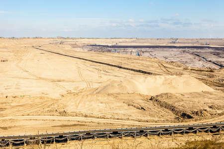 ciel ouvert. À ciel ouvert brun mine de charbon. Transporteur à courroie détail industrielle. Banque d'images - 34147308