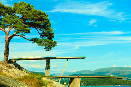 springplank: Zomervakantie en gevaarlijke sport. Uitzicht op duikplank. Springplank om te duiken in het water. Fjord landschap