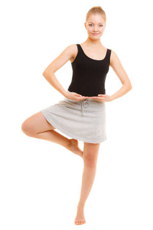 El deporte y estilo de vida activo. Deportivo flexibles muchacha adolescente aptitud bailarín de la mujer haciendo estiramientos bailando ejercicio aislado en blanco.