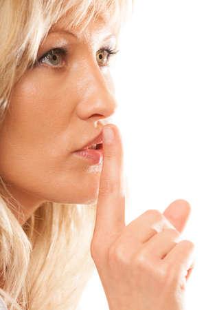 sigilo: Mulher que pede o sil�ncio ou o segredo com o dedo nos l�bios gesto sil�ncio. Isolado Banco de Imagens