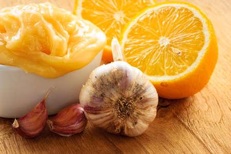 inmunidad: La curaci�n natural, medicina alternativa. Ingredientes saludables para el fortalecimiento de la inmunidad. Ajo miel y lim�n en la mesa de madera r�stica. Foto de archivo
