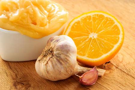 ajo: La curaci�n natural, medicina alternativa. Ingredientes saludables para el fortalecimiento de la inmunidad. Ajo miel y lim�n en la mesa de madera r�stica. Foto de archivo