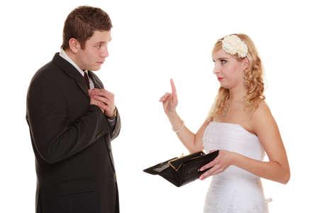 mariage: Mariage et de l'argent concept de co�t �lev� de mariage. Couple mari� et la mari�e avec la bourse vide. Bad querelle relation de conflit isol�