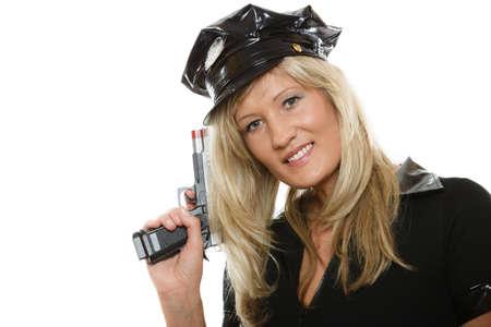 mujer policia: rubia polic�a mujer polic�a posando con arma de fuego pistola aislado en fondo blanco