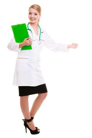 invitando: Integral de la mujer en bata blanca de laboratorio con estetoscopio acogedora bienvenida haciendo gesto de la mano. Doctor con el sujetapapeles aislado. Personal m�dico para el seguro de salud.