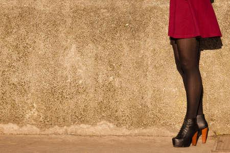 La moda de otoño. Piernas femeninas alza en los zapatos de moda elegantes botas al aire libre