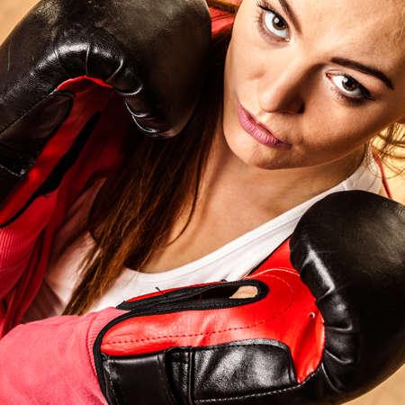 feministische: Emancipatie en feministe. Defensie concept. Jonge geschikte vrouw boksen. Indoor.