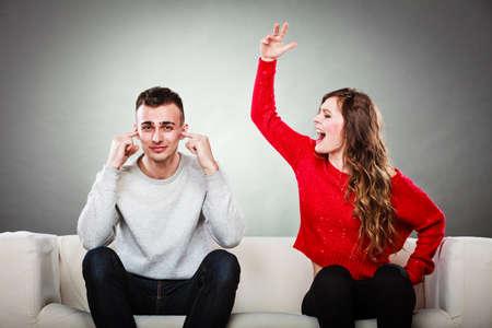 pár s argumentů - konflikt, špatné vztahy. Rozzlobený vztek žena křičí muž zavřel uši.