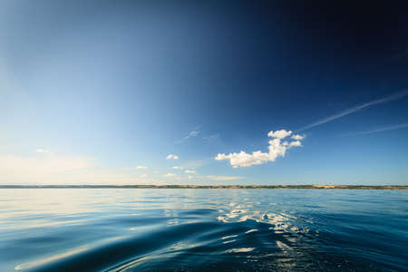 cielo y mar: Horizonte hermoso mar paisaje marino de noche y el cielo. Escena tranquila. Composici�n natural de la naturaleza. Paisaje. Foto de archivo