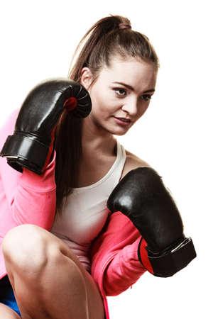 feministische: Emancipatie en feministe. Defensie concept. Jonge geschikte vrouw boksen geïsoleerd op wit. Stockfoto