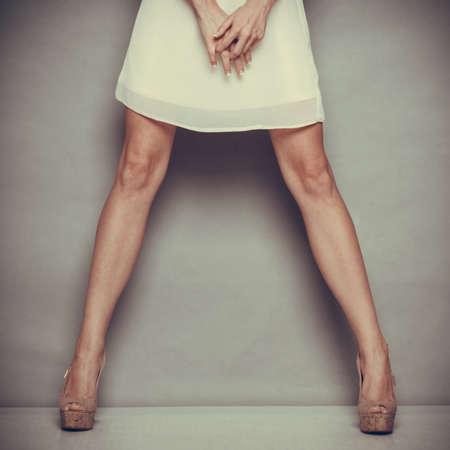 La moda femminile. Primo piano estate tacchi alti scarpe alla moda in sexy gambe femminile. Archivio Fotografico - 37553759