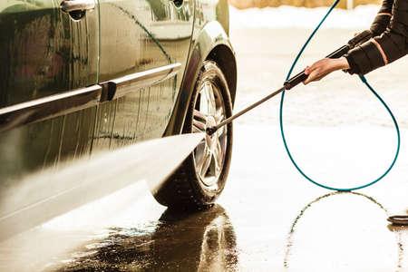 Lavado automático Manual. coche sucio durante el proceso de lavado con espuma y agua a presión en el aire abierto en la estación de servicio