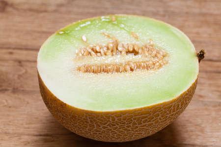 pips: Close-up van meloen met pitten op houten tafel. Fruit, voeding en gezonde voeding.