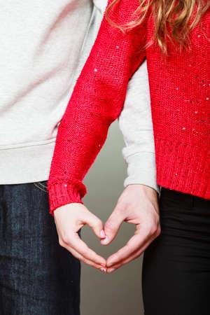 simbolo de la mujer: Concepto del amor. Mujer y hombre manos formando forma de coraz�n con sus dedos Foto de archivo