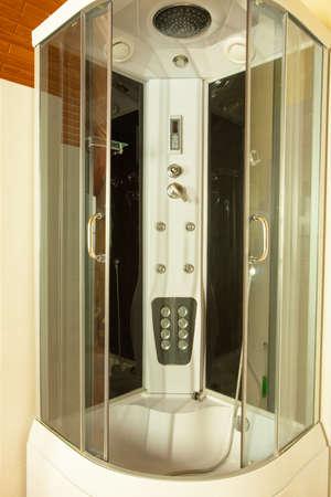 cabine de douche: Bathroom interior. Moderne cabine grand douche avec jets hydro dans le coin int�rieur