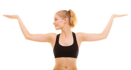 zumba: El deporte y estilo de vida activo. muchacha de la aptitud deportiva se extiende mostrando las manos abiertas de palma, con copia espacio en blanco para texto o producto aislado. Foto de archivo