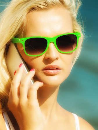 fiestas electronicas: Tecnolog�a y comunicaci�n. Muchacha joven mujer adolescente hablando por tel�fono celular m�vil que usa smartphone en la playa