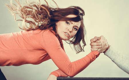 파트너 관계 개념입니다. 여자 친구가 자신의 남자 친구를 직면. 젊은 부부 사이에 여자와 남자 팔 레슬링 도전