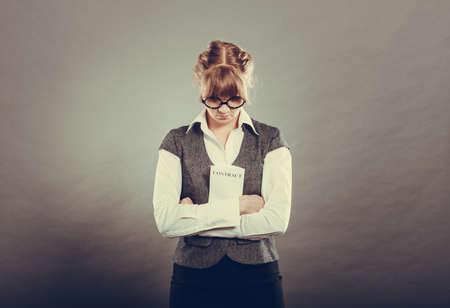 business skeptical: Los documentos comerciales concepto jur�dico - negocios la celebraci�n de un contrato infeliz primer esc�ptico en las manos. Cara emoci�n expresi�n sentimiento reacci�n humana Negativo