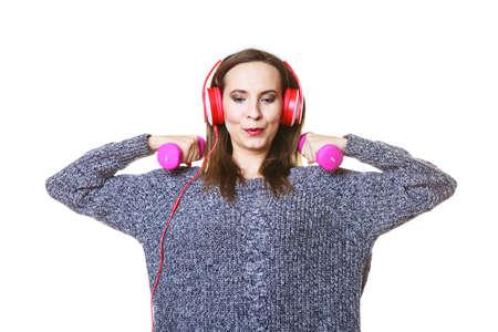 actief luisteren: Actieve lifestyle, ontspanning concept. Fit vrouw luisteren naar muziek tijdens het doen van oefeningen met halters Stockfoto
