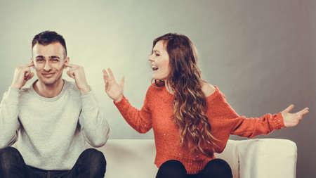 marido y mujer: pares que tienen argumento - conflicto, malas relaciones. Mujer furia Hombre enojado gritando cerrando sus o�dos. Foto de archivo