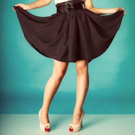 sexy füsse: Mode und Schönheit des weiblichen Teils Körper. Sexy Mädchen Beine in High Heels. Studio gedreht. Retro und Vintage-Foto.