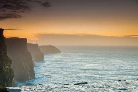 atracci�n: Famosos acantilados de Moher en la puesta del sol en el condado de Clare Irlanda Europa. Paisaje hermoso atractivo natural.