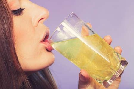 dissolved: Donna bere effervescente pillola antidolorifico sciolto in un bicchiere di acqua. Assistenza sanitaria. Mal di testa e dolore.