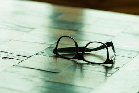 lentes de contacto: Concepto de la salud visual. Par de gafas con estilo en una mesa a cuadros Foto de archivo