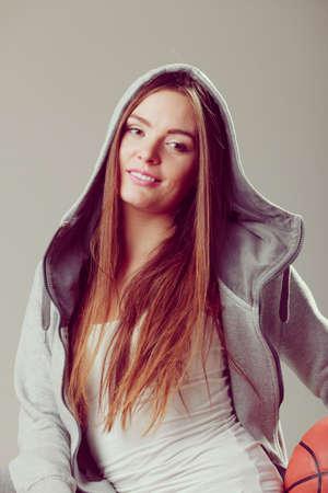 sudadera: Niña adolescente llevaba capucha deportiva de baloncesto celebración sudadera. Deporte adolescente.
