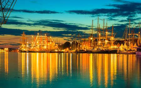 Żaglowce w porcie podczas The Tall Ships Races Bergen, Norwegia. Nocny widok Publikacyjne