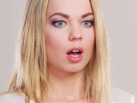 extrañar: Expresión facial amplia mujer de ojos Emocional chica sorprendida con la boca abierta.