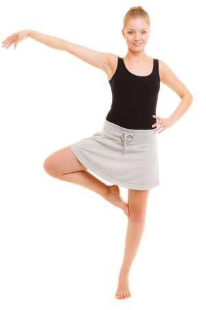 zumba: El deporte y estilo de vida activo. Deportivo flexibles muchacha adolescente aptitud bailar�n de la mujer haciendo estiramientos bailando ejercicio aislado en blanco.
