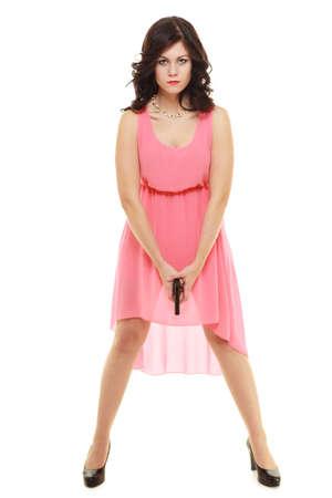 revenge: La ira, la venganza y el concepto de traici�n. Mujer atractiva en vestido rosa con el arma en las manos aisladas en blanco.