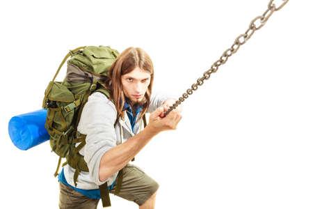 scrambling: Backpacker alpinista escursioni arrampicata in montagna. Giovane scrambling alpinismo. Avventura Stile di vita attivo. Isolato su sfondo bianco. Archivio Fotografico