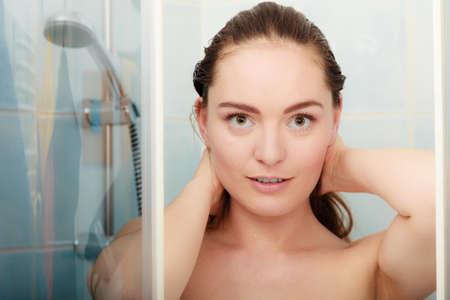 mujer bañandose: Chica de la ducha en cabina de ducha cabina de cabina. Mujer joven que toma el cuidado de la higiene en el baño.