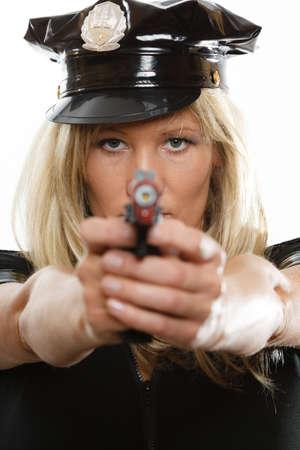 policewoman: rubia policía policía posando con arma de fuego pistola aislado en blanco Foto de archivo