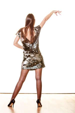 donna che balla: Partito celebrazione e il concetto di carnevale. Donna elegante in vestito da sera paillettes danza isolato su sfondo bianco.