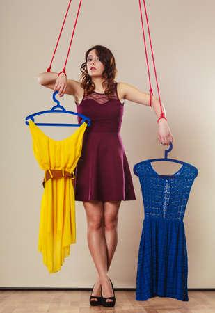 puppet woman: Shopaholic concepto de adicci�n de la moda. Adicto a la mujer de las compras, chica marioneta con ropa en cadena, la compra de trastorno.