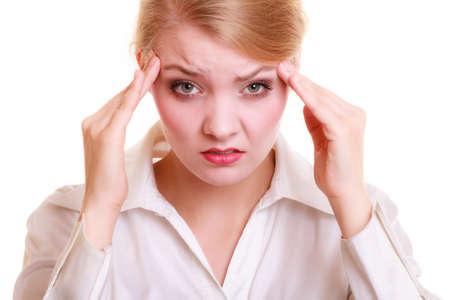 dolor de cabeza: Dolor de cabeza, migraña y el estrés. Empresaria preocupante malestar mujer que sufre de dolor de cabeza aislado en blanco.