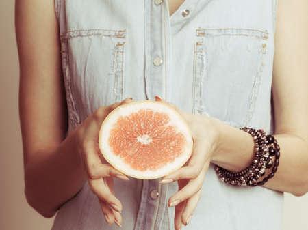 dieta sana: Holding humano pomelo cítricos. Alimentos dieta saludable. Instagram se filtró. Foto de archivo
