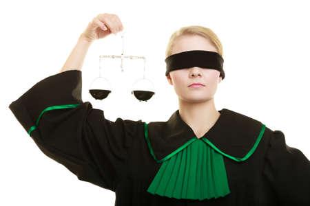 simbolo de la mujer: Concepto corte Ley. Abogado la mujer llevaba clásico vestido verde esmalte negro con los ojos cubiertos sostiene escalas. Femida - símbolo de la justicia. aislado en blanco