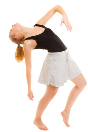 zumba: El deporte y estilo de vida activo. Deportivo flexibles muchacha adolescente aptitud bailarín de la mujer haciendo estiramientos bailando ejercicio aislado en blanco.