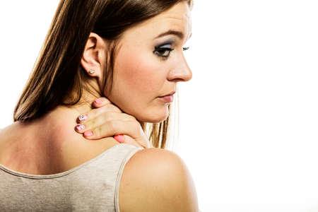 sarpullido: Problema de salud. Mujer joven rascarse la picazón en la espalda con la erupción de la alergia aislado en blanco Foto de archivo
